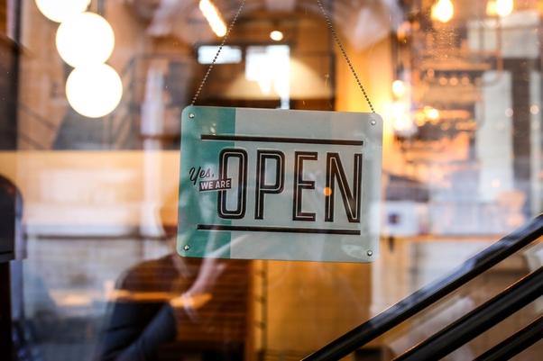 """Türschild """"Open"""" in Shopfenster"""