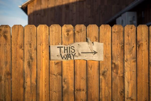"""Schild """"This way"""" wenn noch Fragen zum Thema Kennzahlen für Online-Shops bestehen"""