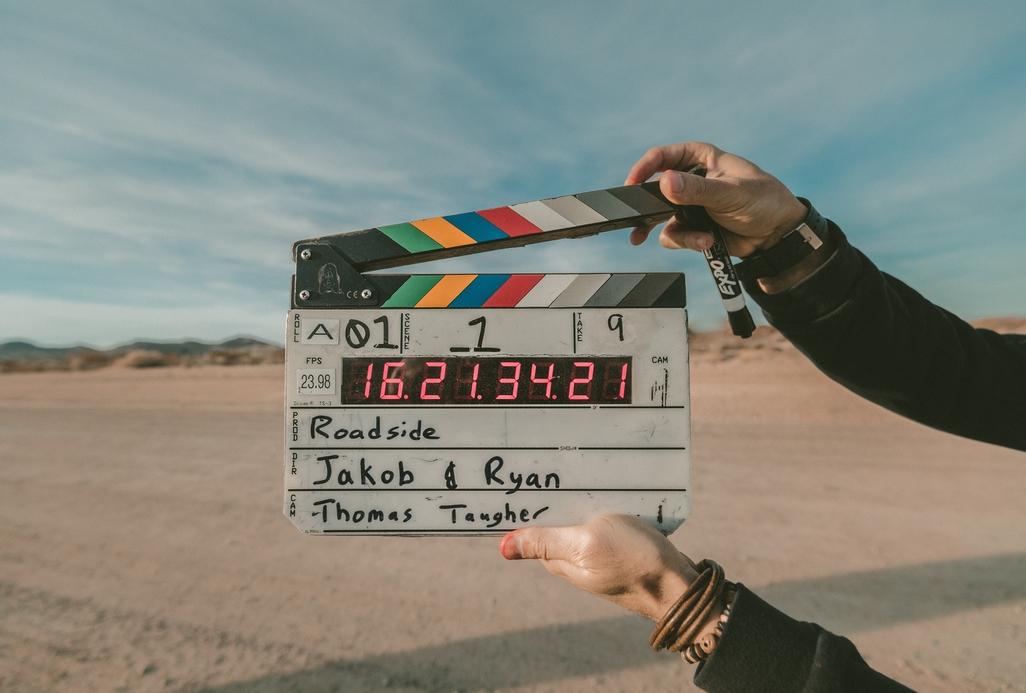 Filmklappe vor neutralem Hintergrund wird geschlossen
