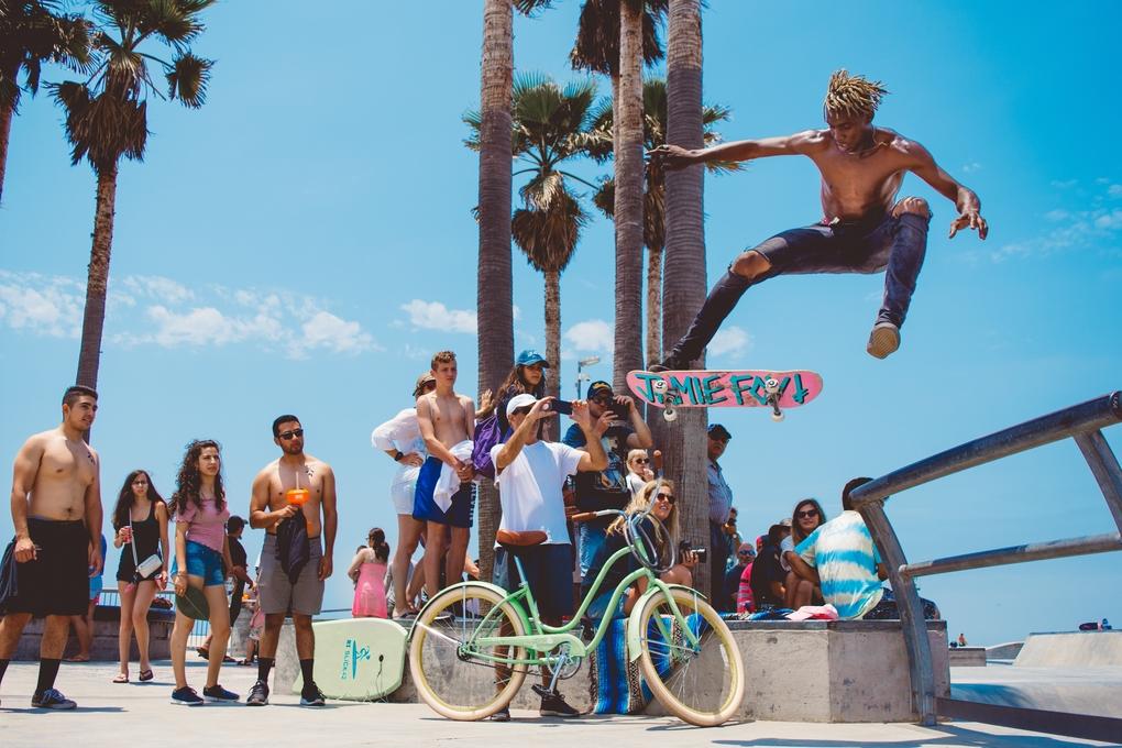 Skater macht Stunt an der Pipeline vor Zuschauer